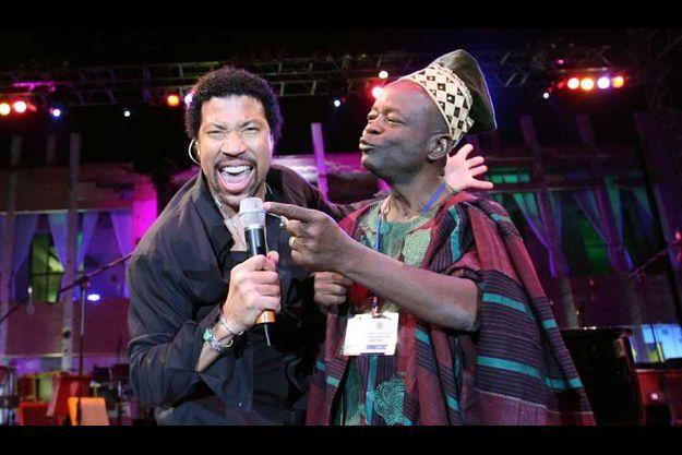 Lionel Richie et Dominique Balouki chantant à Tripoli.