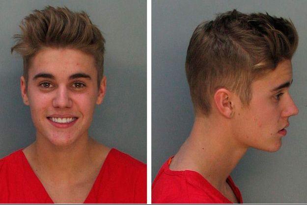 Justin Bieber le sourire aux lèvres après son arrestation.