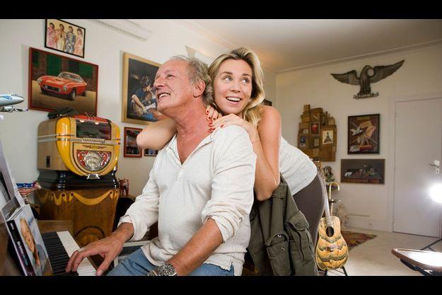 Didier et Laure dans leur appartement de la Porte d'Auteuil. Il a décoré le salon avec ses objets préférés : un juke-box, que lui a fait découvrir le chanteur Christophe, et au mur (derrière lui), une lithographie de Ron Wood, le guitariste des Rolling Stones.