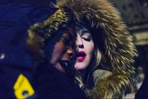 Madonna et son fils place de la République cette nuit