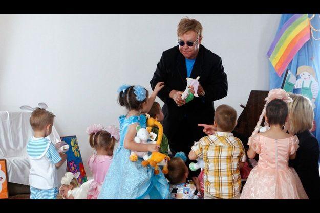 L'âge et la sexualité d'Elton John poseraient problème pour adopter en Ukraine.