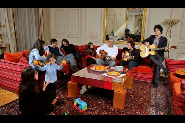 Le 18 décembre 2010, une semaine après ses 72 ans, Enrico reçoit pour un goûter en musique dans son appartement parisien proche de l'Opéra, de g. à dr., Laurence, sa belle-fille, Jérémie, son petit-fils, bientôt 3 ans, Julia, 15 ans, Jean-Claude et Jocya, ses enfants, Ethel, 11 ans, Elyot, 15 ans, et Symon, 17 ans.