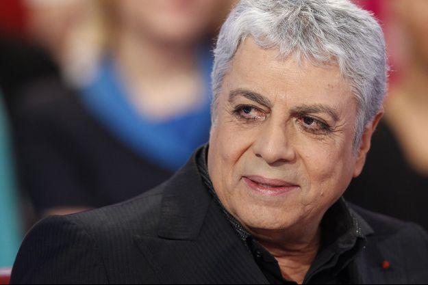 """Enrico Macias à l'enregistrement de l'émission """"Vivement Dimanche"""" en décembre 2014."""