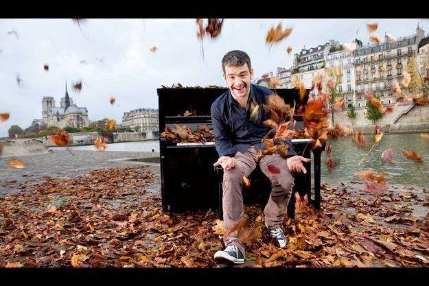 Paris, rive gauche, sur le quai de la Tournelle, il joue du piano assis. Premier artiste plébiscité par le public «virtuel» en France, il est entré dans l'histoire. En chantant.