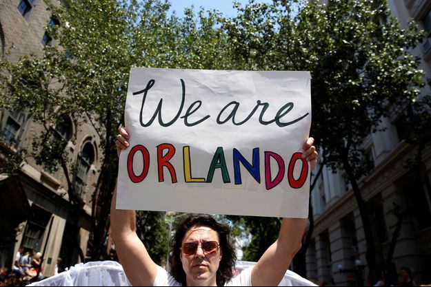 """""""We are Orlando"""", """"Nous sommes Orlando"""", durant la Gay Pride de New York le 26 juin 2016."""
