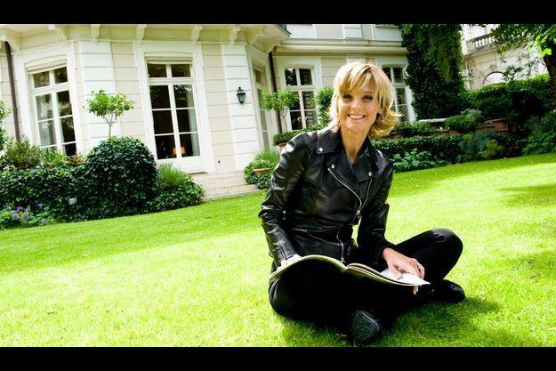 Son luxe :la musique. Hélène étudie une partition sur la pelouse de son jardin. Elle donne une vingtaine de concerts par an.