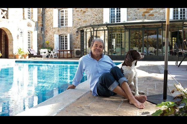 Dans sa maison de Nangis, une ancienne ferme de Seine-et-Marne, le chanteur profite des belles journées d'automne avec Tina, son english springer.