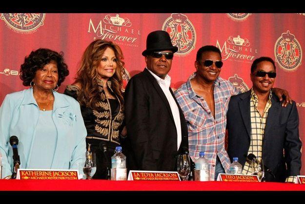 Katherine Jackson (à gauche), le 25 juillet en compagnie de ses enfants La Toya, Tito, Jackie et Marlon (de gauche à droite), lors de la conférence de presse officialisant le grand concert du 8 octobre.