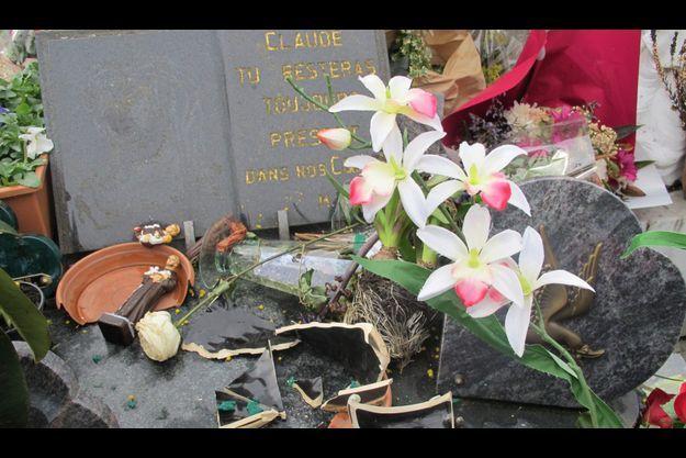 La tombe de Claude François a été vandalisée dans la nuit de vendredi à samedi.