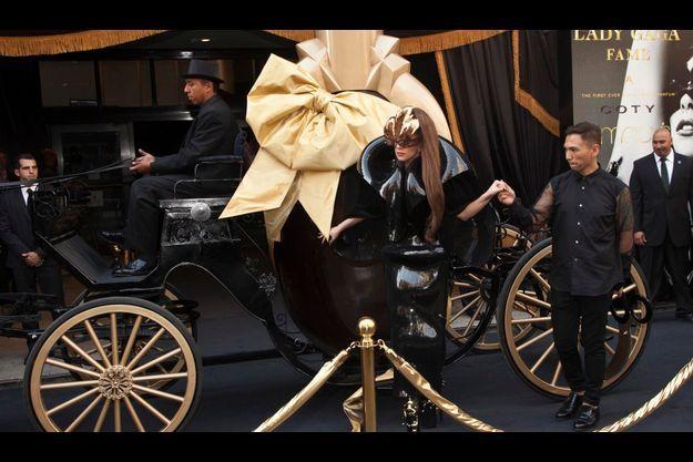 Pour le lancement mondial de Fame, le 14 septembre à New York, elle arrive au grand magasin Macy's dans un flacon géant tiré par des chevaux.