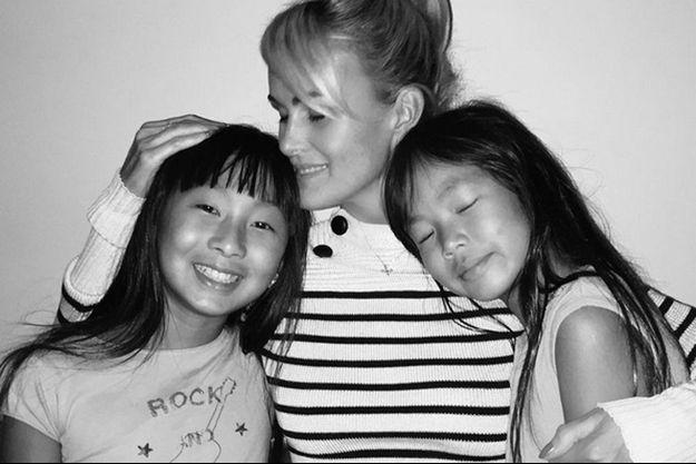 Laeticia Hallyday avec ses filles, à LA, le 18 octobre 2015.