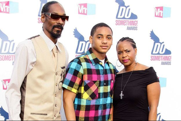 Snoop Dogg aux côtés de son fils aîné et de son épouse, aux VH1 Awards en juillet 2010