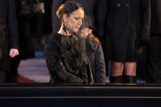 Céline Dion devant le cercueil de René Angelil.