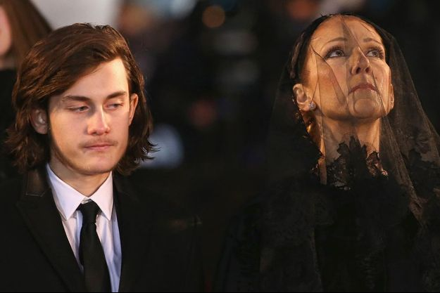 Céline et son fils, René-Charles, lors des funérailles de René.