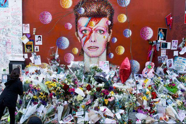 Un lieu de recueillement improvisé pour les fans de David Bowie à Londres