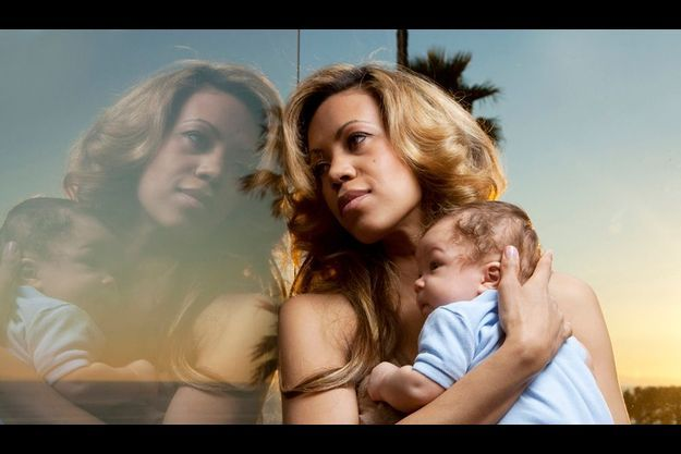 """Dimanche 27 février, Californie. Sur la terrasse d'une villa de Laguna Beach, Danyellah enlace Louka, 2 mois moins un jour, un enfant """"très sage."""