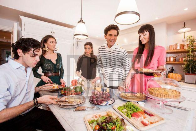 Dans la cuisine. Pour Fortuné, Yasmine, Paloma, Mika et Zuleika, les repas sont synonymes de retrouvailles et d'éclats de rire.