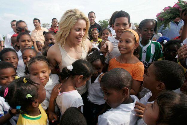 Shakira entourée par des futurs élèves d'une école en contruction financée par son association, à Barranquilla, en 2011.