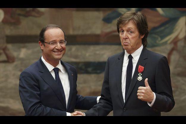 François Hollande salue Paul McCartney, samedi à l'Elysée.