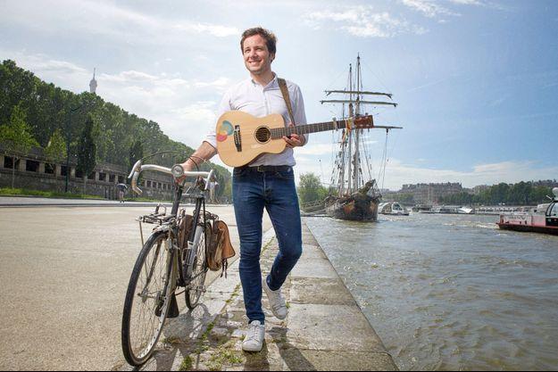 Déjà star, mais Vianney garde l'âme d'un musicien itinérant, sur les quais de Seine à Paris, le 22 juin 2016.