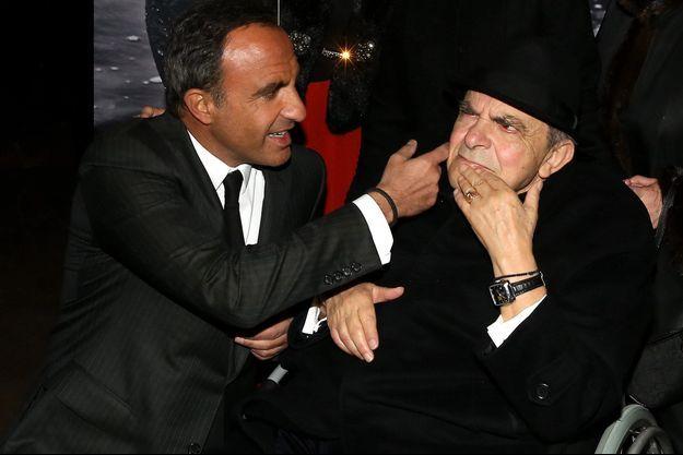 """Nikos Aliagas et son père Andreas, en mars 2016 à l'inauguration de l'exposition photographique """"Corps et âmes"""" de l'animateur, à Paris."""