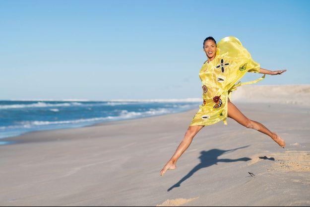 Noémie affronte la brise de l'Atlantique, avec une robe de la créatrice sénégalaise Selly Raby Kane.