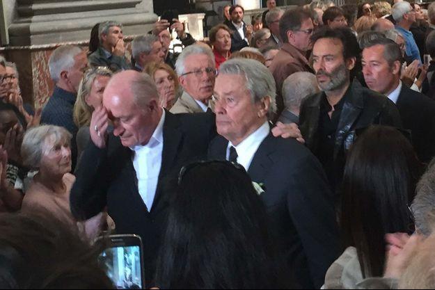 Pascal Desprez, Alain Delon et Anthony Delon à la sortie de l'église.