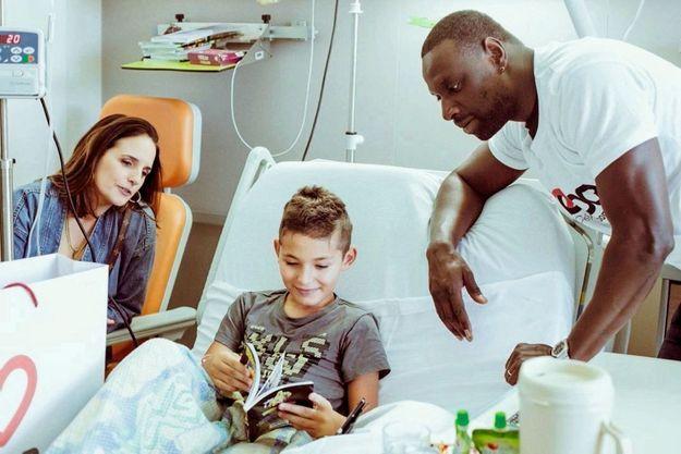 Hélène et Omar Sy auprès d'enfants hospitalisés.