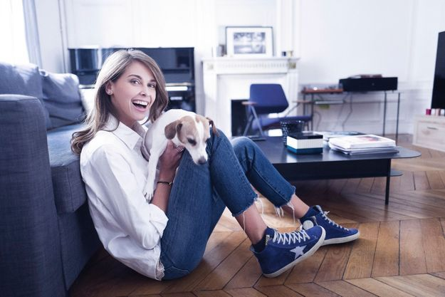 Chez elle, dans le XVIIe arrondissement de Paris, avec Palo, un jack russell, son meilleur ami depuis douze ans.