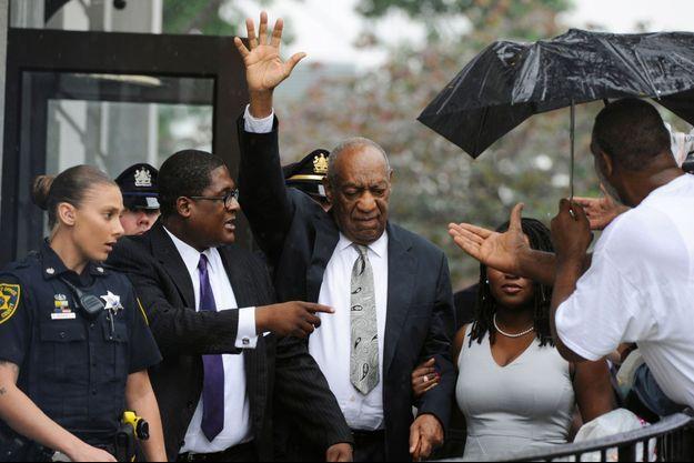 Bill Cosby salue la foule après l'annonce de l'annulation de son procès.