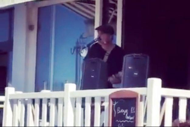 Pete Doherty à la terrasse du du Restaurant du Perrey.