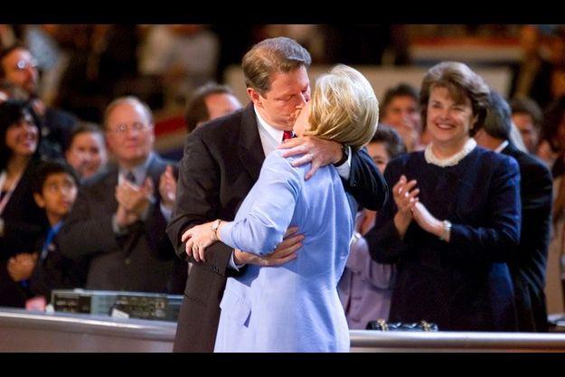 Al et Tipper Gore s'embrassant à la concention démocrate en 2000.