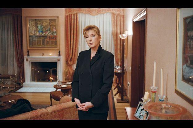 En décembre 1996, Mimi devenue veuve rêve encore d'un retour en politique. Elle reçoit Paris Match dans le bureau de son mari.