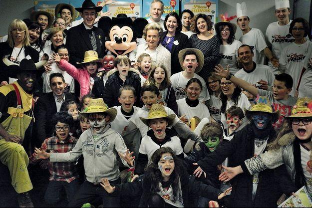 Bernadette Chirac avec les enfants de l'hôpital Necker-Enfants malades, lors du lancement du 25e anniversaire des Pièces jaunes, le 8 janvier 2014.