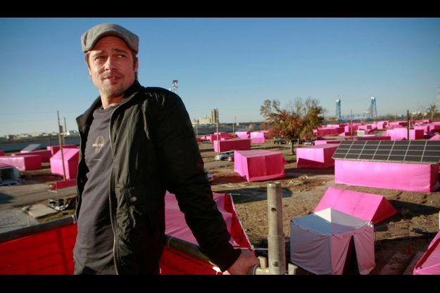Brad Pitt devant les tentes roses symbolisant les emplacements des maisons qu'il allait construire à la Nouvelle-Orléans, en 2007.