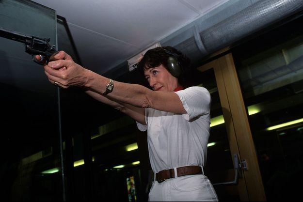 En 1999, Christine Deviers-Joncour s'entraîne au tir dans un club parisien devant l'objectif de notre photographe.
