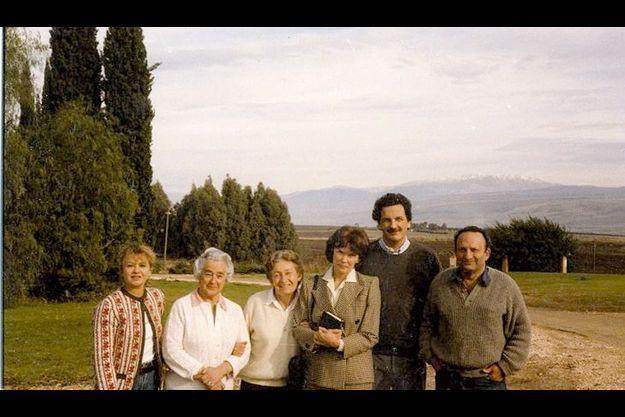 Entourant Danielle Mitterrand, son fils Jean-Christophe et Jacques Golan ; Ruth Golan avec sa mère, et Elisabeth Mitterrand, sa belle-fille