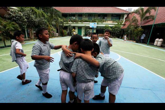 Des élèves de l'école primaire de Menteng, à Jakarta, où Barack Obama a étudié durant son enfance indonésienne.