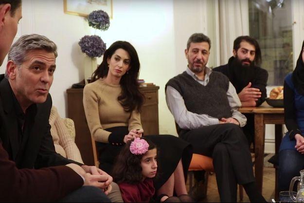 George et Amal avec trois familles de réfugiés syriens, en Allemagne, le 15 mars 2016.