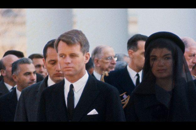 Les obsèques de John Fitzgerald Kennedy à Washington, le 23 novembre 1963. Au premier rang, côte-à-côte, Bob et Jackie, le frère et la veuve du président assassiné.