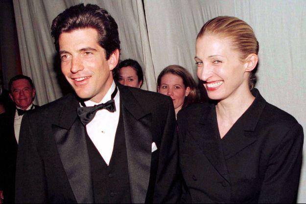JFK Jr. et Carolyn arrivent au gala de la Art Society of NYC en mars 97.