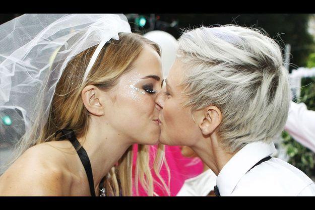 Un couple homosexuel s'embrasse à l'occasion de la 34ème parade de Mardi Gras organisée pour les gays et lesbiennes à Sydney en Australie.