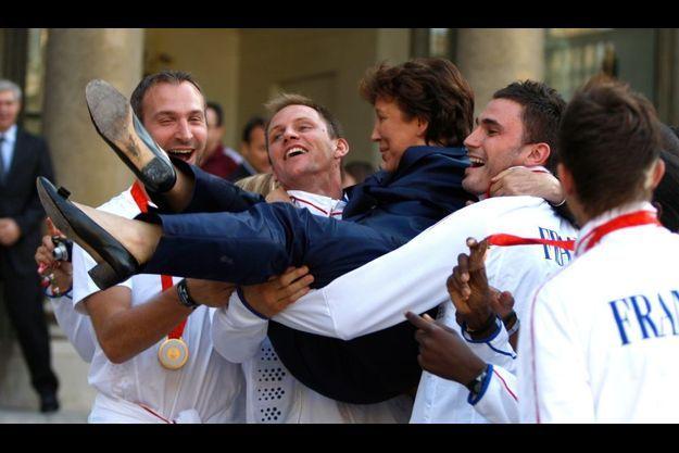 Roselyne Bachelot portée en triomphe par les Experts, champions du monde de handball.
