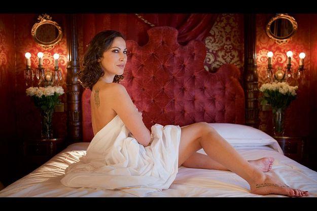 Sabina pose dans une des chambres de l'hôtel Campo de' Fiori de Rome en exposant son pied tatoué d'un étrange « 29. Que tu illumines mon âme ». Le 29 septembre est la date de naissance de Berlusconi, le 29 août celle du jour où Sabina l'a rencontré en 2005.