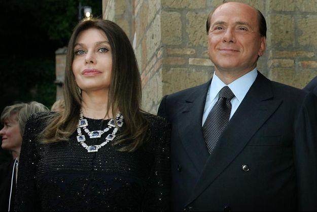 Le 4 juin 2004, à Rome, les époux Berlusconi attendent George et Laura Bush pour un dîner à la villa Madama. Veronica porte des joyaux dignes d'une cour royale.