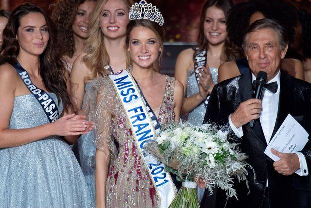 Amandine Petit, Miss France 2021, après son couronnement samedi.