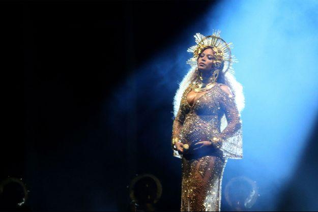 Beyoncé sur scène, enceinte de ses jumeaux.