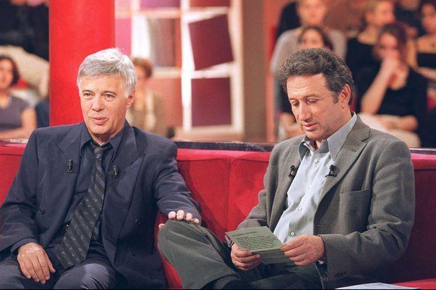 """Guy Bedos et Michel Drucker sur le plateau de """"Vivement Dimanche"""" en 2000."""