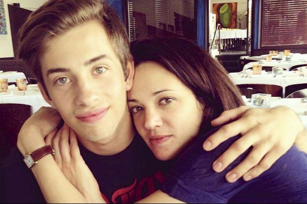 Sur Instagram avec Jimmy Bennett le 9 mai 2013, jour de l'agression supposée. Il a 17 ans, elle en a 37.