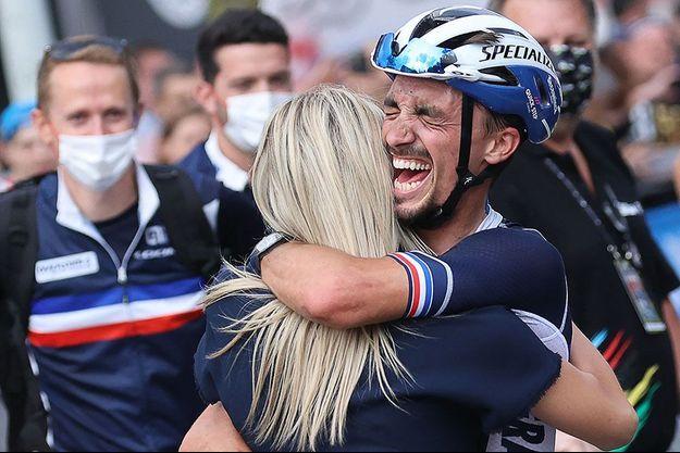 Marion Rousse dans les bras de Julian Alaphilippe sacré une nouvelle fois champion du monde de cyclisme sur route.